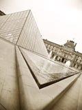Museo y pirámide del Louvre foto de archivo libre de regalías