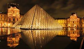 Museo y pirámide del Louvre en la noche imagen de archivo