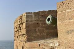 Museruola di un cannone dietro le grandi pareti fotografia stock libera da diritti