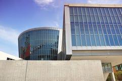 Museu concreto e de vidro desencapado - Osaka, Japão imagens de stock royalty free