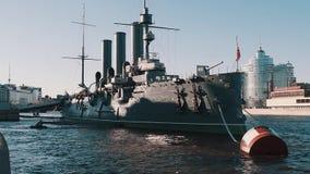 Museu da navio de guerra no ponto do turista do rio da cidade do interesse vídeos de arquivo