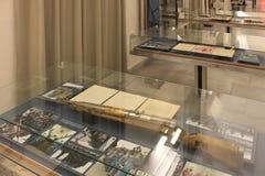 Museu da pol?cia com exibi??es nos interiores em Praga Rep?blica Checa fotos de stock