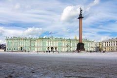 Museu de eremitério do palácio do inverno e coluna de Alexander no quadrado do palácio, St Petersburg, Rússia imagens de stock