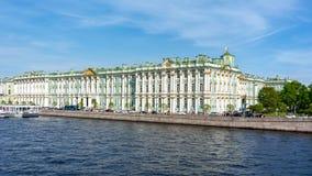Museu de eremit?rio do pal?cio do inverno e rio de Neva, St Petersburg, R?ssia fotos de stock