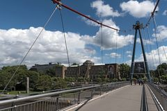 Museu de Staedel e holbeinsteg da ponte pedestre em Francoforte - são - cano principal, Alemanha imagem de stock