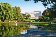 Museu e lagoa Imagens de Stock