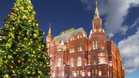 Museu histórico da iluminação e do estado dos feriados do ano novo do Natal na noite, perto do Kremlin em Moscou, Rússia video estoque