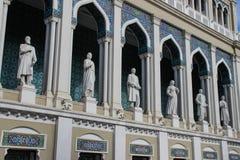 Museu Nacional da literatura azerbaijana nomeado ap?s Nizami Ganjavi - esculturas dos artistas e das janelas do mosaico no styl m imagem de stock