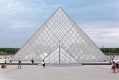 Museu Paris France da grelha da pirâmide Imagem de Stock Royalty Free