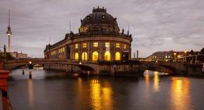 Museu prognosticado iluminado, rio da série, ilha de museu, Berlim, na noite fotografia de stock