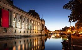 Museu prognosticado iluminado, rio da série, ilha de museu, Berlim, na noite imagens de stock