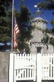 Museu velho do farol e bandeira americana em Stonington, CT Fotografia de Stock