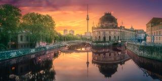 Museumö på festfloden av Berlin, Tyskland arkivbilder
