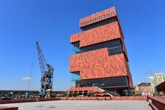 Museum aan de Stroom (MAS) gelegen an Fluss Schelde ist ein 60m hohes Gebäude, das von Architekten Neutelings Riedijk entworfen i Stockbild