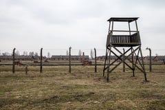 Museum Auschwitz - Birkenau, concentratiekampprikkeldraad en wachttoren in Oswiecim-stad royalty-vrije stock afbeelding