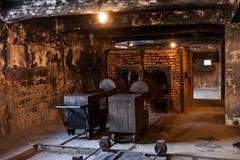 Museum av förintelsekrematoriet bredvid gaskammaren Ruskigt mörkt ställe i en koncentrationsläger Arkivfoto