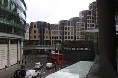Museum av London, röda buss, England, stads- gataplats med modern arkitektur Arkivbilder