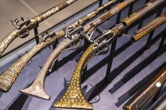 Museum des Poldis Pezzoli adelt ` Hall mit Proben von mittelalterlichen Waffen und von Munition Lizenzfreie Stockfotos