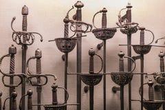 Museum des Poldis Pezzoli adelt ` Hall mit Proben von mittelalterlichen Waffen und von Munition Stockbild