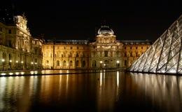 Museum du Louvre e la piramide alla notte Fotografia Stock Libera da Diritti