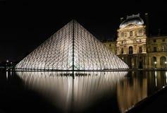 Museum du Louvre en de Piramide bij nacht stock afbeeldingen