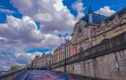 Museum för D 'Orsay från Seinet River fotografering för bildbyråer