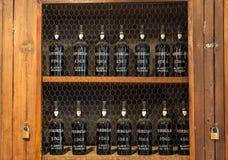 Museum - förvaringsrum av dyrt tappningvin Madera Långa rader av hyllor som göras av flaskor av vin funchal Madera Royaltyfri Fotografi