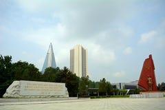 Museum för befrielsekrig och det Ryugyong hotellet, Pyongyang, nord-K Arkivbild