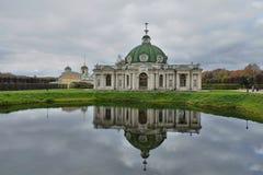Museum-landgoed Kuskovo Het paviljoen in het water wordt weerspiegeld dat stock afbeeldingen