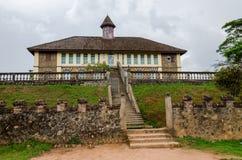 Museum på den traditionella slotten av Fonen av Bafut med tegelsten- och tegelplattabyggnader och djungelmiljön, Kamerun, Afrika royaltyfri fotografi