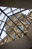 Museum Paris Luvre und obere Ansicht durch das künstlerische Fenster Stockbilder