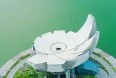 Museum Singapurs Art Science, wie von Marina Bay-Ufergegend angesehen lizenzfreies stockbild