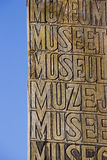 Museum uitstekend houten teken in Humahuaca en blauwe hemel, Argentinië Stock Foto's