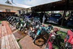 Museum von Retro- Automotorrädern und von Autos lizenzfreie stockfotos