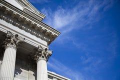 Museumbyggnad med en härlig blå himmel arkivbilder