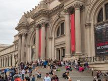 Museumgoers och turister vilar utanför på momenten av Met royaltyfri fotografi