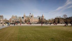 Museumplein en Rijksmuseum in Amsterdam Nederland Maart 2015 stock fotografie