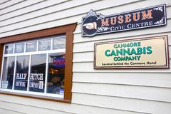 Museums-Zeichen Canmore Hotel Building Wall Pub Window Cannabis Company stockfotos