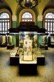 Museumsausstellungen der alten Relikte in den Glasfällen Stockfotografie