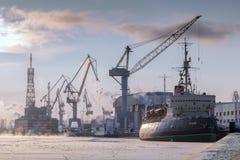 Museumseisbrecher Krasin auf dem Fluss Neva im Winter, St Peters Lizenzfreie Stockbilder