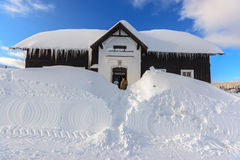 Museumsgebäude an den starken Schneefällen in Jizerka Stockfoto