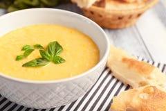 Mush de farinha de milho saboroso com pães e folhas da manjericão fotos de stock royalty free