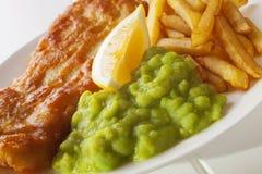 Mushy ärtor med fisken och chiper Royaltyfri Foto