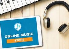 Music Store en línea en la tableta imágenes de archivo libres de regalías