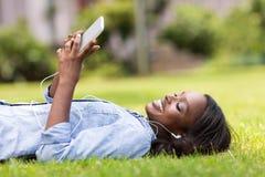 Musica africana dell'erba della donna Fotografia Stock