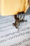 Musica componente meccanicamente con una macchina per cucire fotografie stock libere da diritti