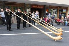 Musica con alphorn alla transumanza annuale a Engelberg su Th Fotografia Stock