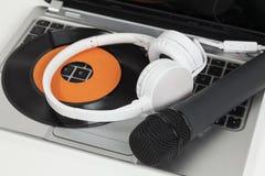 Musica con il computer portatile Fotografia Stock Libera da Diritti