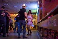 Musica country ballante della gente nel corridoio di ballo rotto del raggio in Austin, il Texas Fotografia Stock Libera da Diritti