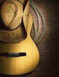 Musica country con la chitarra su fondo di legno Fotografia Stock